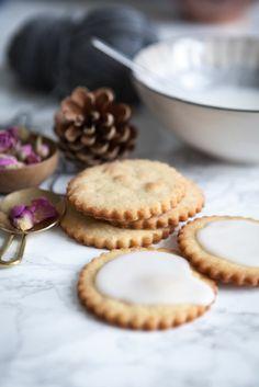 Der er sødme fra rosenvand og kardemomme fra krydderihylden i disse knasende sprøde cookies. Smagen sender dig til ned til travle markedsgader og farvestråelende gadecaféer i Marokko. Præcis dér har Camilla Drost fra Blueberry Tales fået inspirationen til disse rose & kardemomme cookies.