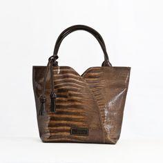 Bolso de Mano en piel de primera calidad El Montes. Reusable Tote Bags, Fashion, Women's Handbags, Hands, Fur, Women, Moda, Fashion Styles, Fasion