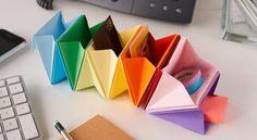 Un rangement de bureau en origami Avec ces super rangements réalisés en origami,vous n'aurez plus d'excuses pour ne pas ranger votre petit bazar de bureau. Pratique, fonctionnel et coloré, ce DIY a tout bon. Pour mettre de l'ordre dans ses affaires, c'est par ici !