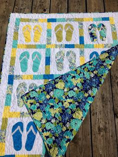Flip flop quilt. Great for summer or the beach! Hawaiian Quilts, Tropical Quilts, Coastal Quilts, Beach Themed Quilts, Decorating Flip Flops, Summer Quilts, Beach Quilt, Beach Blanket, Ocean Quilt
