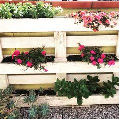 realizzare una fioriera shabby chic con un bancale. Tutorial sul blog quellosbagliato.net #shabbychic Chicano, Eco Friendly, Floral Wreath, Shabby Chic, Wreaths, Garden, Plants, Tutorial, Pallet
