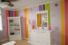 peinture décorative rayures multicolores dans la chambre bébé