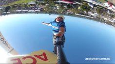 Statt von einem Sprungturm ins Pool zu springen kann man in Australien auch einen so genannten Bagjump hinlegen. Manche Springer lassen sich aus 30 Meter Höhe auf das riesige Luftkissen fallen und filmen dabei mit.