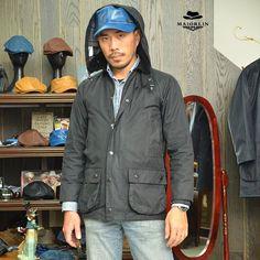 """全新 Barbour Beaufort 34"""" 附連身帽,儘此一件; 難得一見的日線 Barbour 油布衣,適合東方人的修身剪裁,34""""適合身高 170cm 身材較瘦的人穿,加上連身帽,就是雨衣的概念; MajorLin 天藍色牛皮軍帽,搭配Beaufort 獵裝,寒冷天氣這樣穿就對了。  #不要讓呆板潮帽破壞你帥氣臉龐 #不要讓胖胖羽絨衣破壞妳的好身材 #Barbour #MajorLin #日版 #日線"""