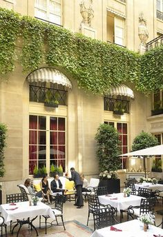 The relaxing ambiance at the Patio of the Hôtel de Crillon Paris, http://www.HotelDealChecker.com