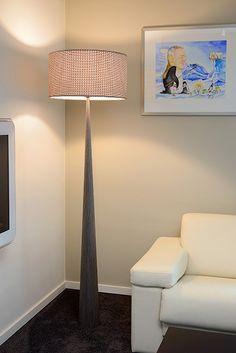 Lampa podłogowa Conos to naturalne połączenie lekkich materiałów: drewna i tkaniny. Lampa stojąca ma solidną drewnianą podstawę oraz bawełniany klosz o delikatnych geometrycznych detalach. Lampa znajdzie zastosowanie w salonie, jadalni lub biurze jako dodatkowe oświetlenie. Conos nada wnętrzu przytulności. W serii dostępne także lampy stołowe.