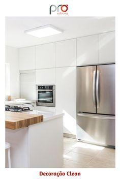 Com o aplicativo Pró-Reforma, você consegue orçar todos os materiais e serviços para ter um quarto como esse - e de graça! Acesse: www.pro-reforma.com Kitchen Island, Table, Furniture, Home Decor, App, Bedroom, Kitchen, Island Kitchen