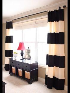 Blanco y negro rayas en las cortinas