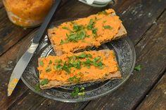 A sárgarépa az a fajta zöldség, ami hőkezelt (sült vagy főtt állapotában) egészségesebb, mint nyersen. Ha sült répából készítünk krémet, a mennyei íz mellett ezt is vegyük figyelembe! Cornbread, Pesto, Cantaloupe, Dips, Curry, Healthy Recipes, Healthy Food, Fruit, Breakfast