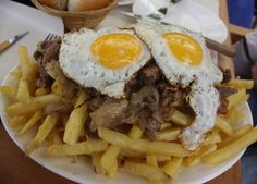 La Chorrillana, un popular plato tradicional chileno a base de papas fritas, huevo, carne cortada y cebollas. Disfrúta esta Receta de Chorrillana porteña.