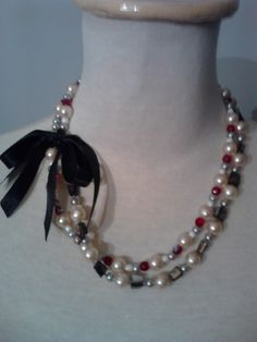 perlas cristales rubi, cuentas peltre, con gran moño de raso de seda.