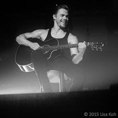 "lcourage on Twitter: ""Is there nothing @derekhough can't do?! #renaissanceman #sing #dance #playguitar #nationaltreasure #Moveliveontour"""