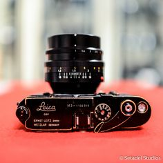 Vintage Camera A beast combo! Original and rare 1965 black paint rangefinder body. Pair that with a Noctilux M lens and you get a beautiful combo to shoot in low light. Beautiful for portraits too. Leica M, Leica Camera, Camera Gear, Nikon Dslr, Film Camera, Camera Tips, Leica Photography, Photography Camera, Vintage Cameras