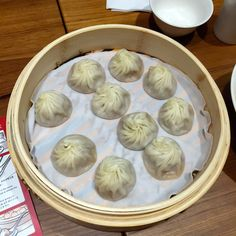 Soup Dumplings 小籠湯包 (Xiaolongbao) Probably one of Taipei's most famous dishes. Taipei Food, Beef And Noodles, Street Food, Dishes, Dumplings, Eat, Taiwan, Desserts, Soup