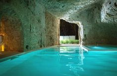 Hospedar-se em uma cidade medieval, nadar nas águas de uma caverna e dormir em um quarto recheado de peças de design. O roteiro de férias que parece saído de algum sonho é absolutamente real na pequena Civita di Bagnoregio, vilarejo com mais de 600 anos de idade que se equilibra a 440 m de altura entre dois rios ao norte da região do Lácio, na fronteira com a Umbria, na Itália.