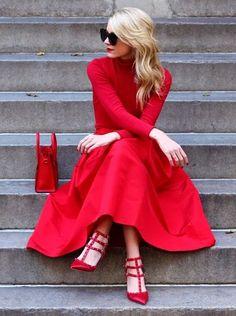 Red red red dress love. Belle robe rouge, mais je préfèrerais des ballerines aux talons !