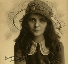 OLIVE THOMAS was an American silent film actress and model. She is best remembered for her marriage to Jack Pickford and her death. Fisher wrote a letter of recommendation to Flo Ziegfeld resulting in Thomas being hired by the Ziegfeld Follies. Vintage Hollywood, Classic Hollywood, Hollywood Sign, Hollywood Hills, Hollywood Stars, Belle Epoque, Vintage Photographs, Vintage Photos, Vintage Portrait