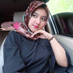 Pin Image by Hijabi Cantik Beautiful Hijab Girl, Beautiful Muslim Women, Hijab Style, Hijab Chic, Arab Girls, Muslim Girls, Niqab Fashion, Muslim Beauty, Islamic Girl