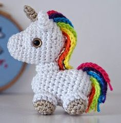 Tiny rainbow unicorn amigurumi : free english pattern - aHooka - Geek'itude et crochet Crochet Gratis, Crochet Diy, Crochet Amigurumi Free Patterns, Crochet Dolls, Crochet Unicorn Pattern Free, Crocheted Toys, Crochet Mignon, Confection Au Crochet, Crochet Animals