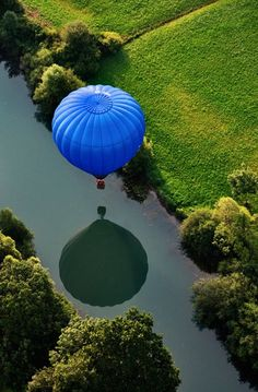 Hot Air Balloon over Beautiful Scenery photography scenic nature greenery hot air balloon / touch of blue / river reflection Air Balloon Rides, Hot Air Balloon, Pretty Pictures, Cool Photos, Le Vent Se Leve, Air Ballon, Blue Balloons, Belle Photo, Beautiful World