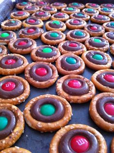 de chocolate M & M dentro de un pretzel  http://twistedsifter.com