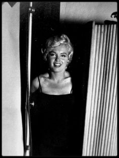 1954 Marilyn Monroe behind the scenes of a photo shoot with Philippe Halsman