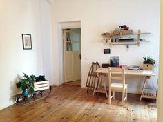 Schlicht eingerichteter Arbeitsplatz mit Holzmöbeln sowie Dieleboden und Lichteinfall. Wohnung in Berlin. #Homeoffice #Arbeitszimmer