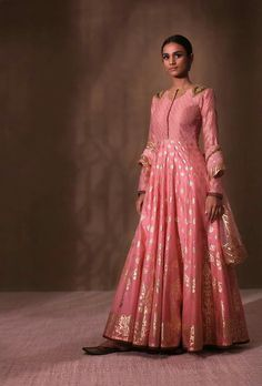 Bridal lehenga Store strongly believes that the ultimate empowerment is to wear something incredibly simple! Also, worldwide shipping is available. Indian Gowns, Indian Attire, Indian Outfits, Indian Clothes, Designer Bridal Lehenga, Bridal Lehenga Choli, Indian Party Wear, Indian Wear, Ethnic Fashion