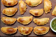 Les Empanadas de Mendoza traditionnelles argentines sont cuites au four et fourrées d'une garniture Picadillo au boeuf, oignons, paprika, piment, cumin, origan, œuf et olives.