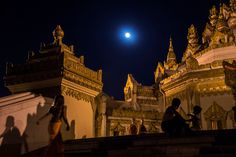 Buddhist devotees arrive at the Swe Taw Myat Pagoda in Yangon in a Super Moon Rising November 14, 2016 while Myanmar celebrates Tazaungdine festival, a religious celebration coinciding with the appearance of the Super Moon. © ROMEO GACAD / AFP
