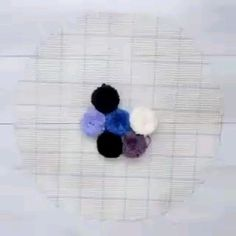 Como fazer tapete de pompom passo a passo Learn How to make pompom mat step by step Diy Crafts Hacks, Diy Home Crafts, Diy Arts And Crafts, Creative Crafts, Diy Crafts Videos, Diy Videos, Diy Pom Pom Rug, Pom Pom Crafts, Yarn Crafts