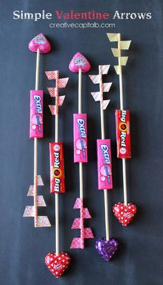 ❤️Cute DIY candy Valentine Arrow cards that you make yourself with easy-to-get items. A fund Valentine's Day craft that the kids will love to make on a cold February afternoon. Valentines Day Treats, Valentine Day Love, Valentine Day Crafts, Valentine Decorations, Holiday Crafts, Holiday Fun, Valentines Presents, Valentine Party, Valentine Cupid