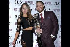 Conor McGregor comemora sua vitória acompanhado pela Ring Brittney Palmer
