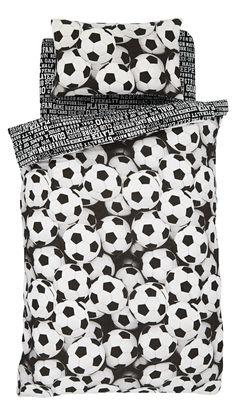 Dit zwart/witte voetbal dekbedovertrek is 135 x 200 cm groot en de sloop is 50 x 75 cm.  Gemaakt van 48% katoen en 52% polyester. Prijs 24,95