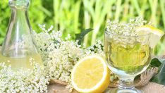 Summer solstice - celebrate the summer start and stay happy! Spicy Drinks, Alcoholic Drinks, Stevia, Elderflower Champagne, Chamomile Tea, Liquor Store, Summer Solstice, Happy Solstice, Edible Flowers