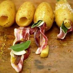 Aardappel gevuld met bacon is een lekker recept en bevat de volgende ingrediënten: 4 middelgrote vastkokende aardappelen met schil, olijfolie, zeezout, 4 plakken gerookte doorregen bacon, 8 verse salieblaadjes, 4 ansjovisfilets in olie, uitgelekt, 1 teentje knoflook, gepeld en in de lengte in plakjes gesneden, 1 citroen