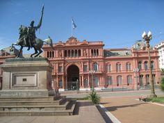 Es La Casa Rosada en buenos aires. Es  la Oficina de la Presidenta de Argentina.