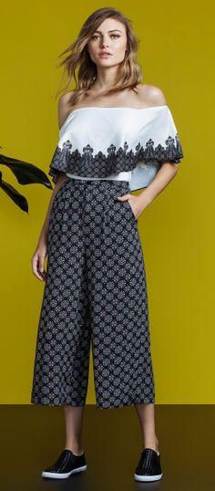 look com blusa de ombros à mostra e calça pantacourt estampada coleção primavera 2017 lez a lez