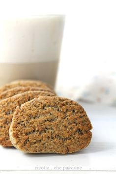 Questi biscotti sono fatti con un mix di farine, tra cui il grano saraceno che le conferisce un gusto particolare. Perfetti per la pr...