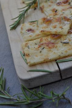 {Spontaneous Guests} Crunchy Last Minute Pizza Bread- {Spontane Gäste} Knuspriges Last-Minute-Pizzabrot Fancy a recipe with which you can receive guests spontaneously? This pizza bread is perfect for warm summer evenings. Tasty with fresh herbs. Snacks Pizza, Pizza Recipes, Veggie Recipes, Seafood Recipes, Bread Recipes, Snack Recipes, Appetizers For A Crowd, Seafood Appetizers, Appetizer Recipes