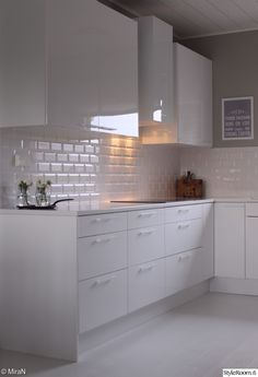 valkoinen kiiltävä laatta - Google-haku Condo Kitchen, New Kitchen, Kitchen Remodel, Kitchen Dining, Kitchen Decor, Kitchen Cabinets, Small White Kitchens, Elegant Kitchens, Cool Kitchens