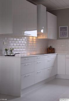 uusi keittiö,keittiö,valkoinen keittiö,korkeakiilto,korkeakiilto vetimet,moderni keittiö,valkoinen lattia