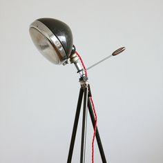 myLamp+No.1+Originální+lampa+z+mosazného+tripodu+a+historického+světlometu,+kterou+doplňuje+stáčený+textilní+kabel..