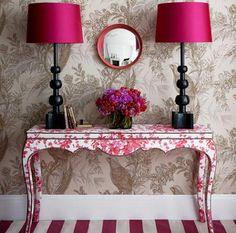 Mueble consola en rosa, de inspiración vintage y estampado floral.