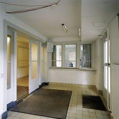 De hal van de personeelsingang van de telefoniste, gelegen in het souterrain van het middengedeelte, tussen het corps de logis en de Baarnse vleugel