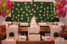Veja como produzir uma festa para menina com o tema de borboletas desde a decoração, bolo, convite para imprimir, lembrancinhas e tutoriais para a decor. Butterfly Party, Wooden Furniture, Classroom Decor, Advent Calendar, The Incredibles, Table Decorations, Holiday Decor, Bulletin Boards, Celebration