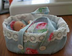 baby doll I little while ago I made a moses basket for Alice's little doll. Alice loves carrying bags around and playing with her baby doll. Baby Doll Bed, Doll Beds, Baby Doll Clothes, Baby Dolls, Diy Dolls Cot, Barbie Clothes, Sewing For Kids, Baby Sewing, Baby Doll Carrier