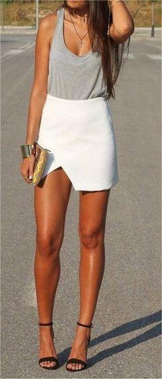 Look de moda: Camiseta sin Manga Gris, Minifalda Blanca, Sandalias de Tacón de Satén Negras, Colgante Dorado