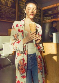 Kimono fleuri + look casual = le bon mix