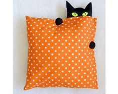 Cat pillow to make (inspiración)- This would be a cust Halloween decoration Sewing Pillows, Diy Pillows, Decorative Pillows, Cushions, Throw Pillows, Cat Crafts, Diy And Crafts, Fabric Crafts, Sewing Crafts